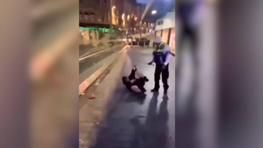 Attacke vor McDonald's: Sicherheitsmann prügelt auf Frau ein