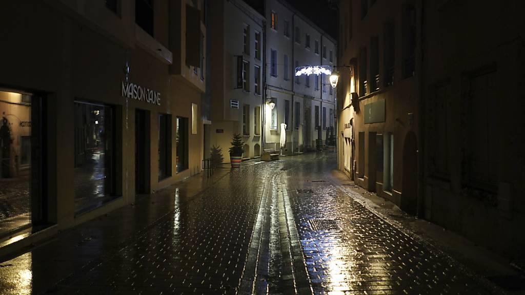 Menschenleer ist die Innenstadt von Neuville sur Saone während der abendlichen Ausgangssperre. Foto: Laurent Cipriani/AP/dpa
