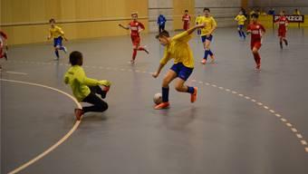 Eiferten ihren Idolen nach: Junge Fussballer am Bolliger-Cup in der Dietiker Stadthalle.