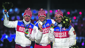 Podest des 50-km-Rennens der Langläufer bei den Olympischen Spielen in Sotschi mit den suspendierten Alexander Legkow (Mitte) und Maxim Wylegschanin (l.) sowie dem Drittplatzierten Ilja Tschernoussow.