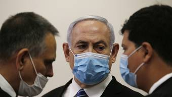 """Crime Minister"" Netanjahu (Mitte) im Gerichtssaal in Jerusalem."