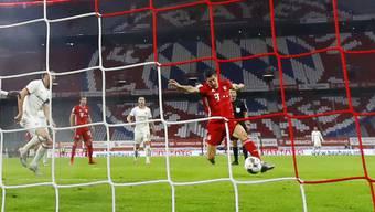 Robert Lewandowski (rechts/am Ball) schoss die Bayern mit seinem Tor in der 74. Minute gegen Eintracht Frankfurt in den Final
