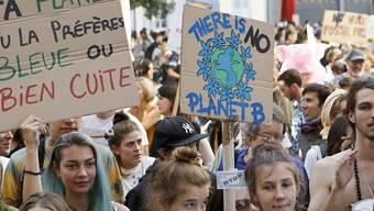 Bei 24 Grad im Oktober für Massnahmen gegen die Klimaerwärmung: Tausende demonstrieren am Samstag in Genf.