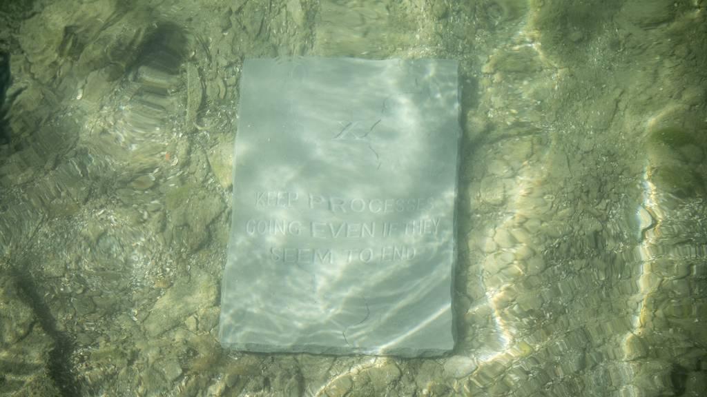 Riklins müssen 10 Gebote aus Wassergraben entfernen