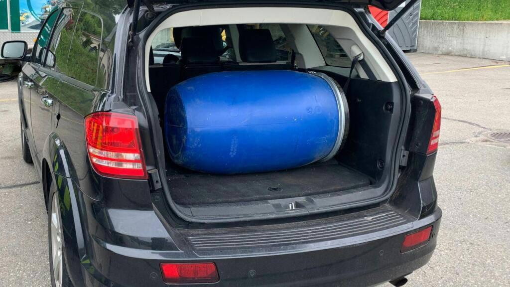 Das blaue Fass im Kofferraum sah gewöhnlich aus: Ein Autolenker versuchte 29 Kilogramm Cannabisharz in Pulverform zu schmuggeln.