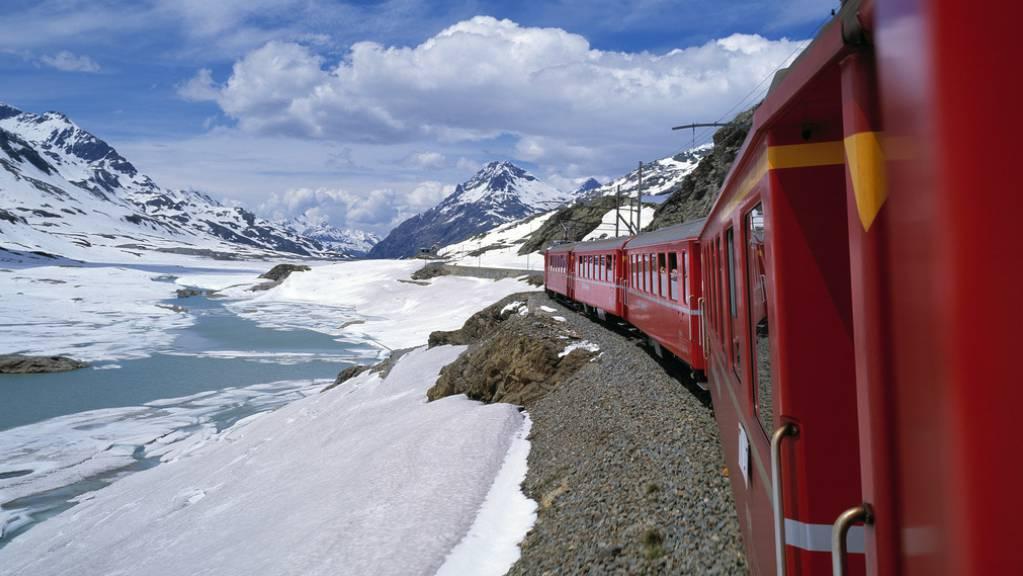 Keine Durchfahrt: Wegen starken Schneefalls können verschiedene Linien der Rhätischen Bahn aktuell nicht verkehren.