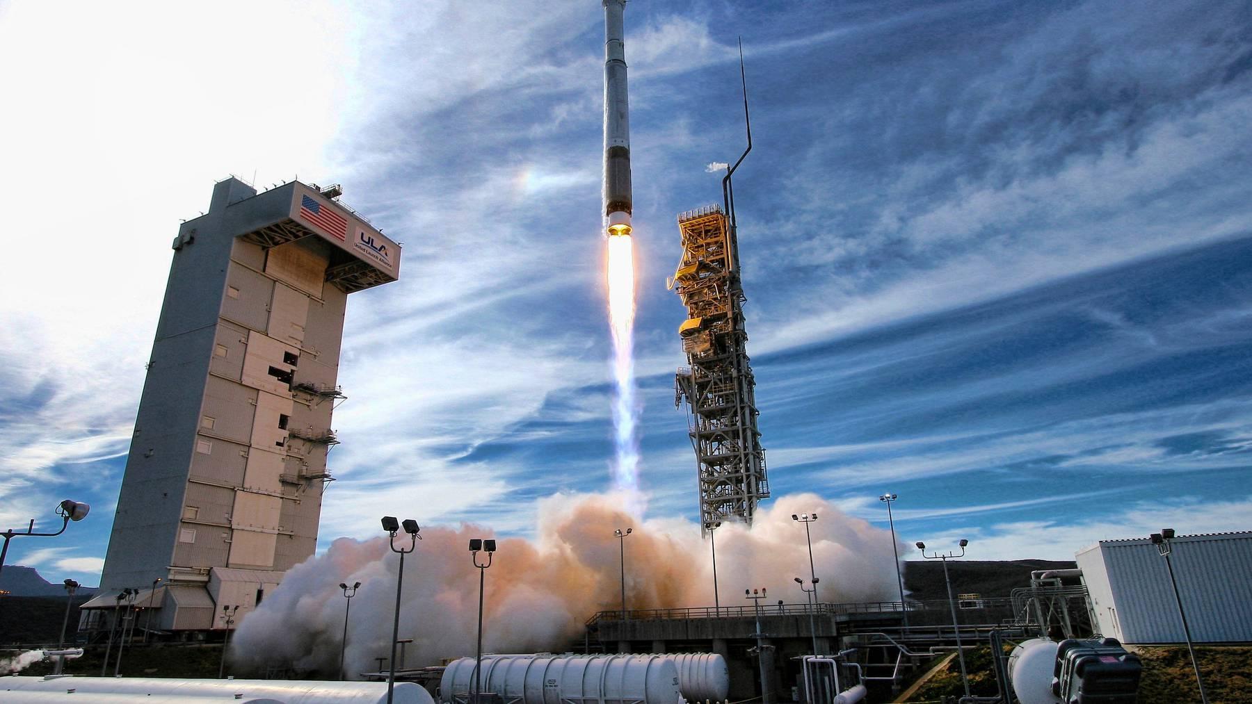 Eine Rakete bringt Satelliten in den Weltraum. (Symbolbild)