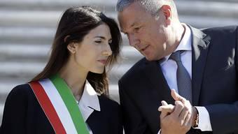 Roms Bürgermeisterin Virginia Raggi und Jean-Christophe Babin, CEO des Renovations-Sponsors Bulgari, am Donnerstag vor der Wiedereröffnung der Spanischen Treppe. Raggi will das Wahrzeichen nachts nicht absperren lassen.