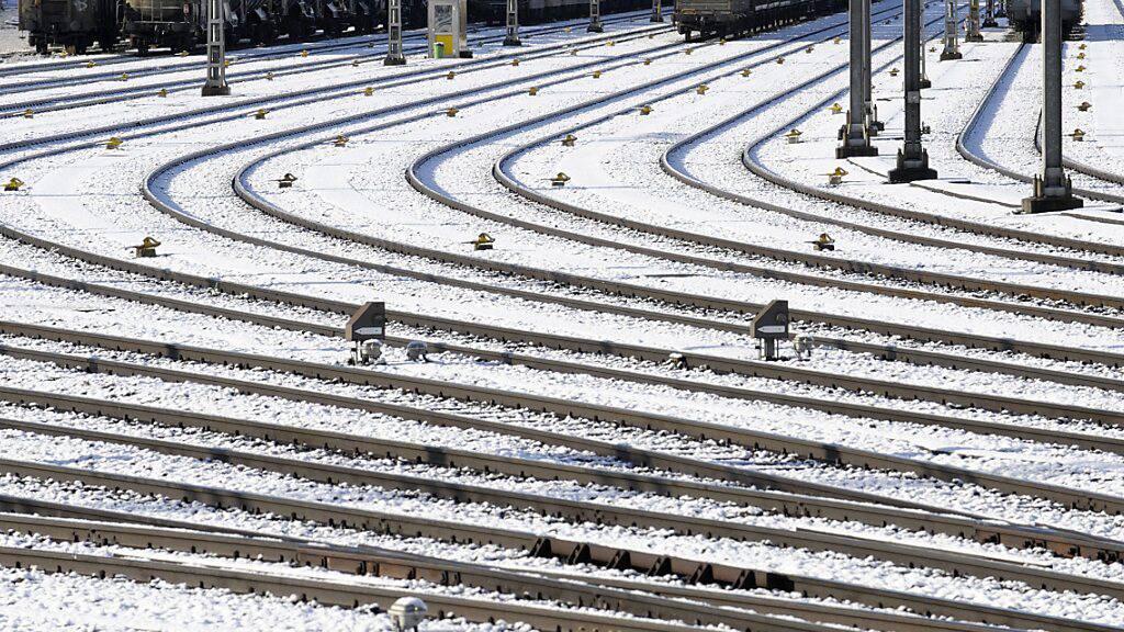 Das Winterwetter macht den SBB zu schaffen. Bis Dienstagabend kommt es deshalb zu Ausfällen. Reisende müssen mit längeren Reisezeiten rechnen. (Archivbild)
