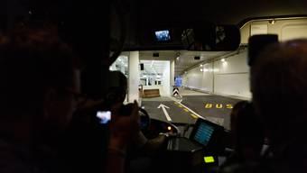 Erste Bus-Fahrt durch den Tunnel