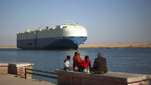 Ein Handels-Schiff im Suezkanal (Symbolbild)