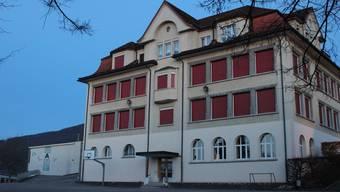 Die Schule Lostorf wird von Eltern, Schülern und Lehrern als gut geführt wahrgenommen. Im Bild: das Schulhaus 1912.