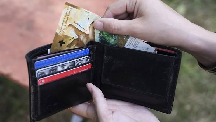 Für die Krankenkassenprämien müssen die Menschen immer tiefer ins Portemonnaie greifen. (Archivbild)