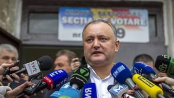 Gilt als Favorit bei der Entscheidung über das höchste Staatsamt in der früheren Sowjetrepublik Moldau: der Sozialist Igor Dodon, hier nach seiner Stimmabgabe in der Hauptstadt Chisinau.
