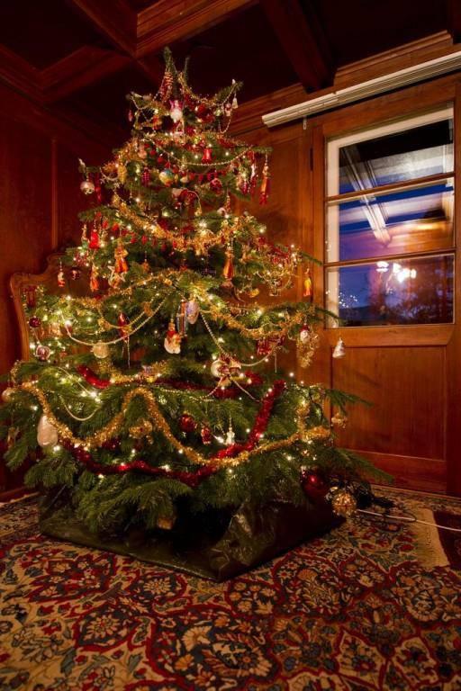 Ein traditionell geschmückter Schweizer Weihnachtsbaum (© Keystone/istock)