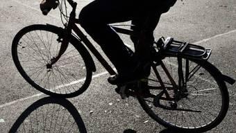 Velofahrer müssen dank dem neuen Radweg nicht mehr auf der Hauptstrasse fahren. (Symbolbild)