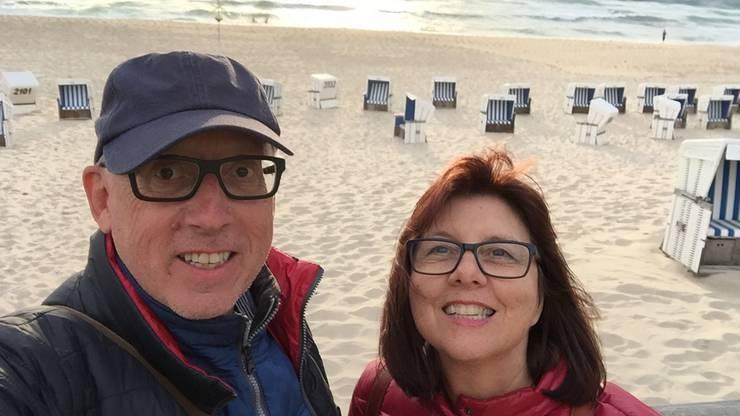 Wilfried Müllers und Renate Seiters Hobby ist das Reisen. Die beiden sind traurig, dass sie bereits geplante Ferien absagen mussten. Zudem vermissen sie gemeinsame Konzertbesuche, Kinoabende und Treffen mit ihren beiden Familien.