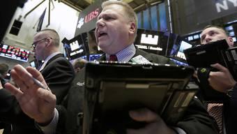 Der Dow Jones steht am Donnerstagabend bei 23.860 Punkten, was einem Minus von 4,2 Prozent entspricht.