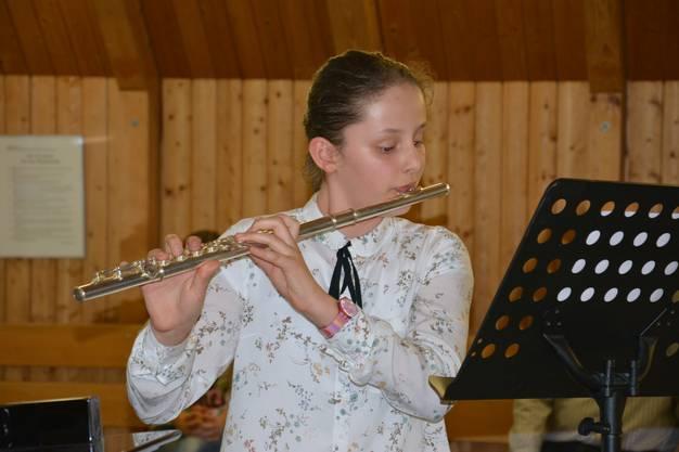 Jasmine Seitz trägt von Antonio Vivaldi ihr Pflichtstück «Der Herbst (aus: Die vier Jahreszeiten)» mit der Querflöte vor.