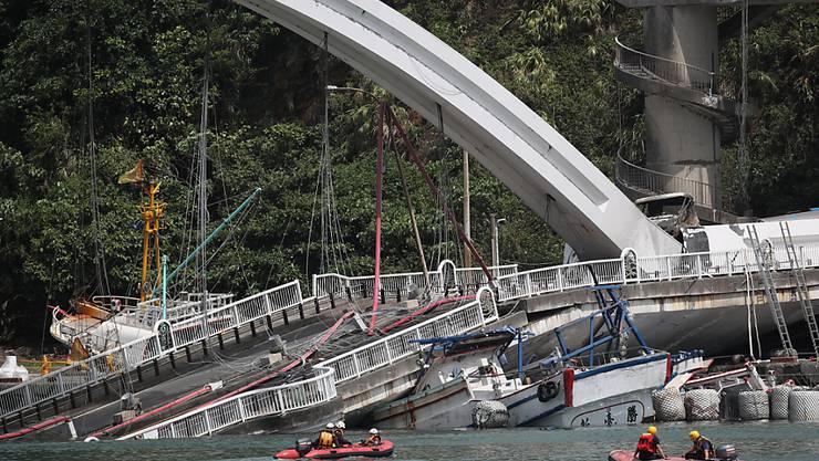 Beim Einsturz einer Brücke in Taiwan sind laut Angaben vom Mittwoch mindestens vier Personen ums Leben gekommen.
