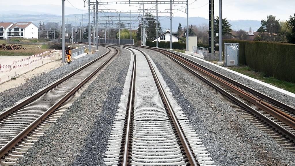 Zwischen Genf und Lausanne ist der Bahnverkehr am Samstag während rund drei Stunden unterbrochen gewesen. (Themenbild)