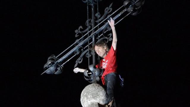 """Am Ziel: """"Spiderman"""" Alain Robert auf der Kirchturmspitze der Abtei St. Maurice."""