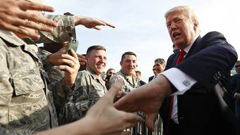 US-Präsident Donald Trump beim Handschütteln mit Soldaten in Middletown im US-Bundesstaat Pennsylvania. (Archivbild)