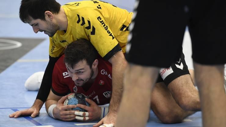 Der Handballsport muss derzeit – wie so vieles anderes auch – unten durch: Szene aus dem Aargauer Derby mit TVE-Captain Christian Riechsteiner (oben) und HSC-Routinier Patrick Strebel.