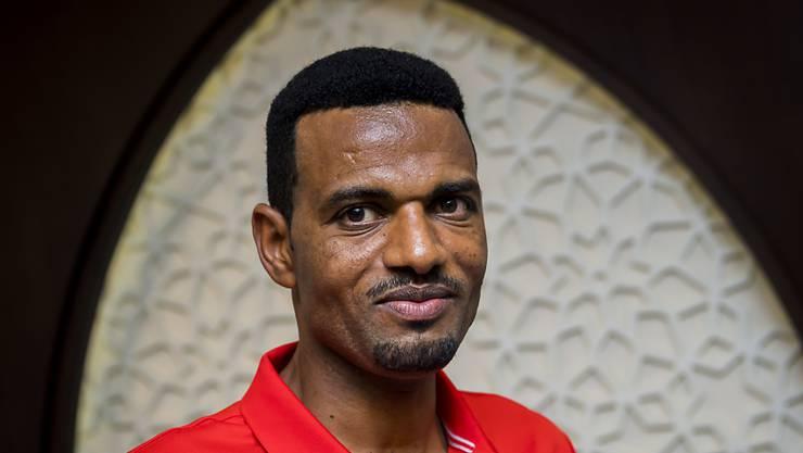 Der Schweizer Marathonläufer Tadesse Abraham posiert während einer Pressekonferenz in Doha