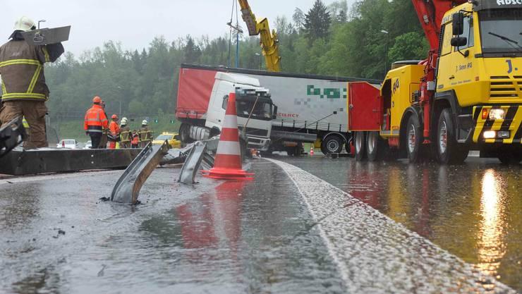 Der Lastwagen durchschlug die Mittelleitplanke auf der A1 beim Baregg-Tunnel und blieb nach dem Unfall auf der Fahrbahn Richtung Zürich stehen.