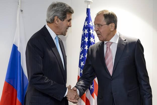Trotz Kritik: US-Aussenminister John Kerry (links) schüttelt seinem Amtskollegen Sergej Lawrow aus Russland die Hand.