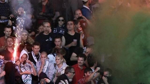 Beim Super League Fussballspiel zwischen den Grasshoppers und dem FC Zürich flogen die Petarden.
