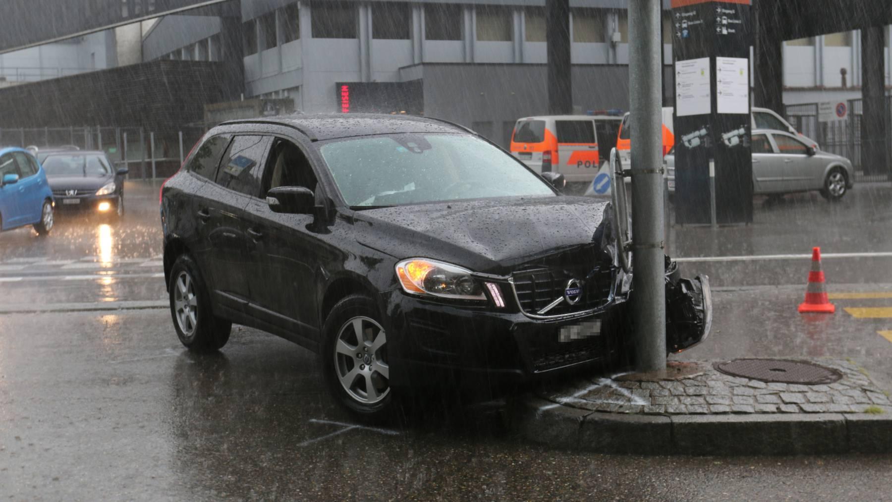 Ein Mann fuhr mit seinem Auto in einen Pfosten.
