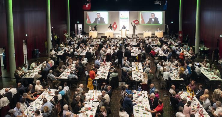 Blick in den Saal, in dem die SVP-Delegierten sich versammelten. Zwischen den Reihen sind schwarze Absperrbänder zu erkennen.
