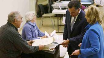 Hier gibt Mitt Romney seine Stimme ab