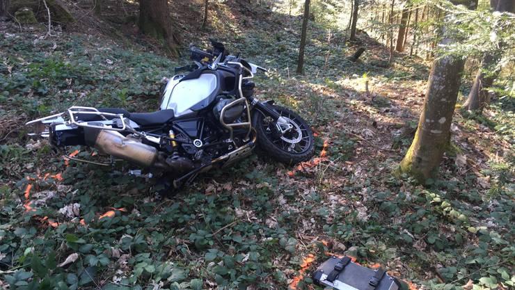 Das Motorrad landet im Wald – der Lenker sprang vorher ab.