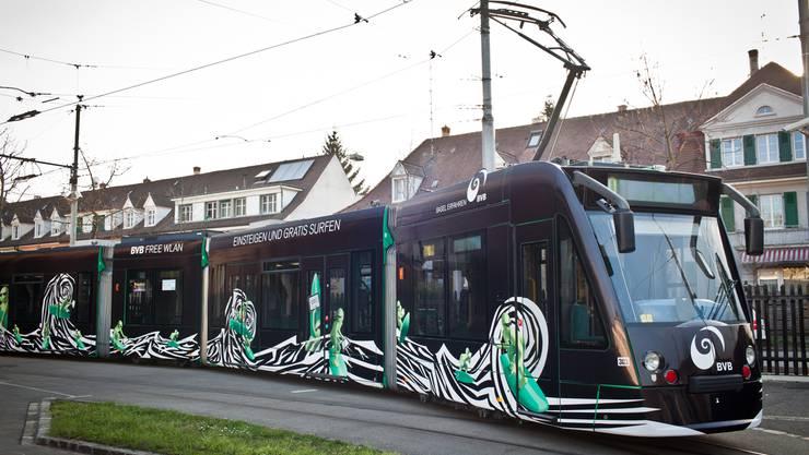 Das BVB-Tram der Linie 6 im neuen Design.