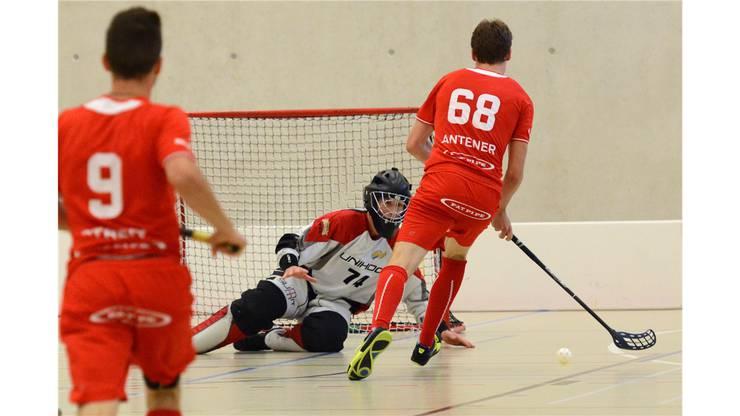 Köniz Nr. 68 Emanuel Antener lässt Goalie Waldenburg Nr. 74 Philipp Heusser keine Chance
