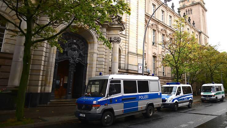 Bereit zum Abtransport der verurteilten Hells Angels: Polizeiautos vor dem Landgericht in Berlin.