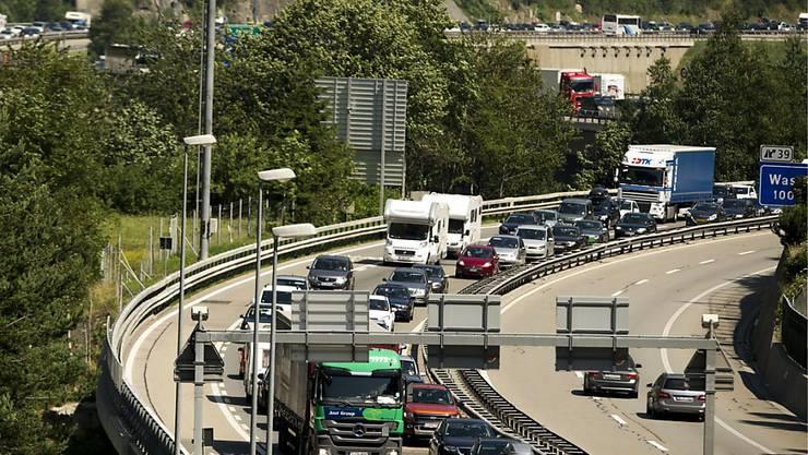 Mit diesem Wochenende beginnen vielerorts die Sommerferien - und damit auch die Autokolonnen vor dem Gotthard. (Archivbild)