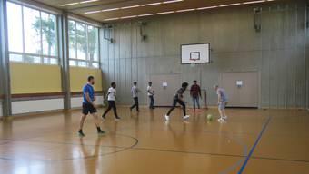 Hauptsache Bewegung: Die abgewiesenen Asylsuchenden trainieren jeden Mittwochnachmittag in der Turnhalle Weihermatt.