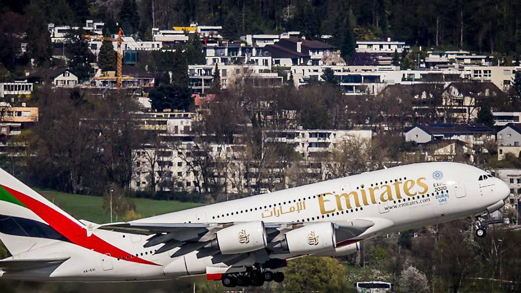 Schreckmoment für Flugpassagiere: Aus einem Airbus A380 der Fluggesellschaft Emirates ist nach der Landung in Zürich-Kloten Rauch gedrungen. Verletzt wurde niemand. (Archivbild)
