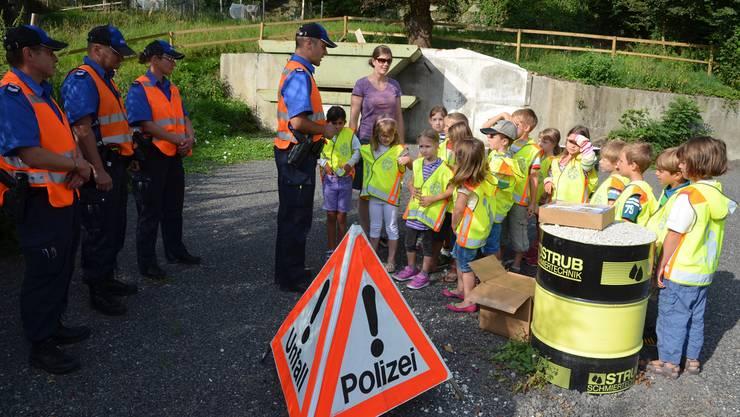 Die Regionalpolizisten instruieren die Schülerinnen und Schüler über ihren Einsatz.