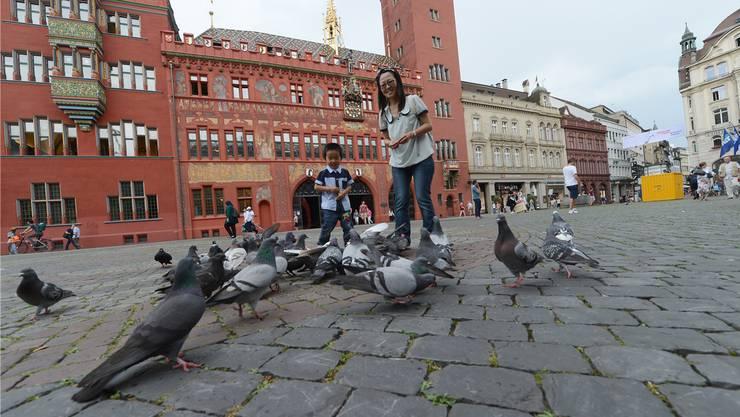 Aufnahme des Basler Marktplatzes vor der Sanierung: Die Sandschicht unter den Steinen ist dicker als angenommen.
