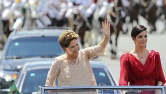 Dilma Rousseff (l.) mit ihrer Tochter auf dem Weg zur Vereidigung