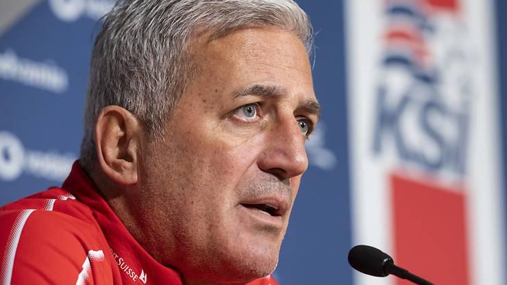 Der Schweizer Nationaltrainer Vladimir Petkovic gibt am Tag vor dem Match gegen Island den Medien Auskunft