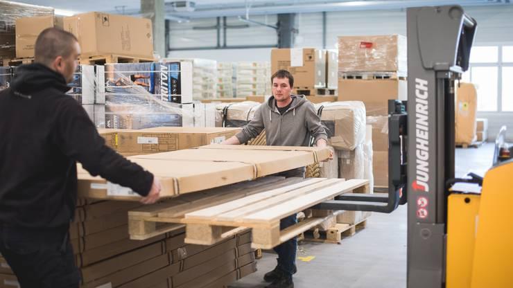 Bis zu 800 Bestellungen pro Tag fertigt das Dutzend Angestellte im neuen Digitec-Galaxus-Stützpunkt in Dintikon ab.