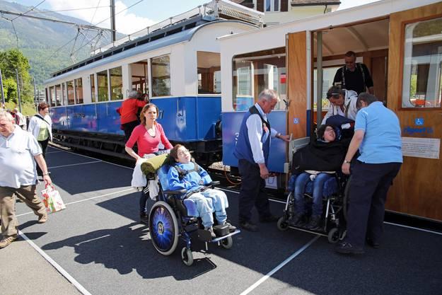 Mit einem Speziallift werden die Rollstuehle in die Rigi Bahn verladen