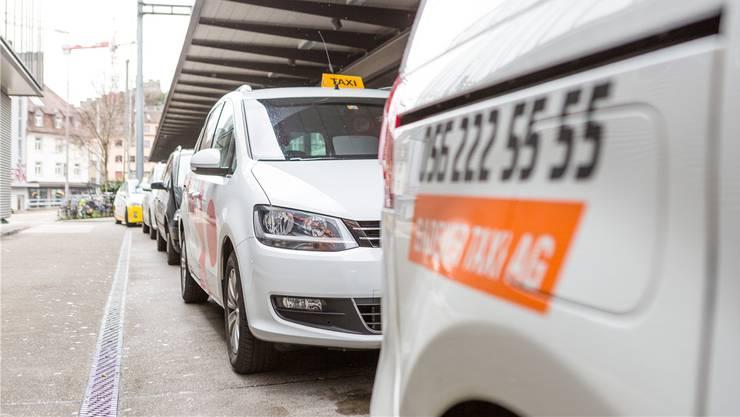 Taxis mit Bewilligung müssen auf offiziellen Standplätzen parkieren.