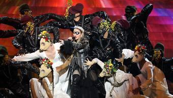 """Madonna (60) (in der Bildmitte mit Augenklappe) traf bei ihrer Live-Darbietung von """"Like a Prayer"""" auf der ESC-Bühne eine Reihe von Tönen nicht."""